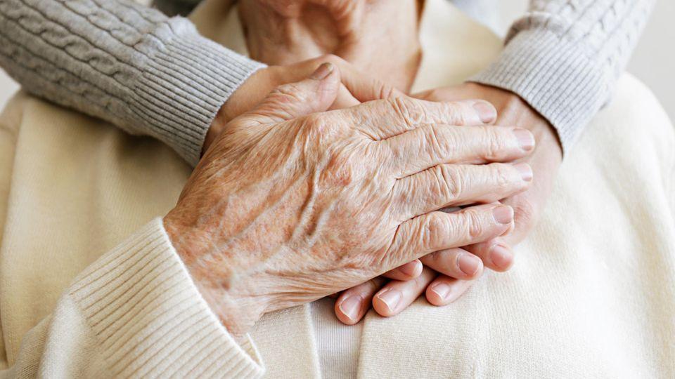 Die Pandemie bedeutet für viele ältere Menschen vor allem eins: Einsamkeit.