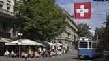 Schweiz  Bereits seit Anfang März haben Läden, Museen und Bibliotheken trotz steigender Infektionszahlen wieder geöffnet. Seit 19. April sind auch Restaurantterrassen, Kinos, Theater und Fitnesszentren wieder in Betrieb. Auch Open-Air-Konzerte und Fußballspiele dürfen wieder stattfinden. Dabei gelten Hygieneregeln wie etwa eine Begrenzung der Anzahl von Anwesenden oder die Maskenpflicht. Seit Ostern - vier Wochen nach der Öffnung von Läden und Museen - ist der Anstieg allerdings nur noch sehr gering. Anders als in anderen Ländern wird in der Schweiz eine 14-Tage-Inzidenz berechnet. Laut Bundesamt für Gesundheit lag sie am Mittwoch bei 315 Neuansteckungen pro 100.000 Einwohner. Nach jüngsten Zahlen war knapp zehn Prozent der Bevölkerung vollständig geimpft.
