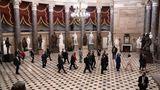 Vizepräsidentin Kamala Harris und einige Senatoren schreiten durch die Statuary Hall