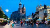 Polen  Schrittweise Öffnungen sind geplant. Zuerst sollen etwa Einkaufszentren und Museen unter Hygieneauflagen wieder öffnen dürfen. Vom 8. Mai an dürfen Hotels Gäste bis zu einer Auslastung von 50 Prozent beherbergen. Die Außengastronomie soll ab dem 15. Mai starten. Ab dem 29. Mai soll der Restaurantbetrieb in Innenräumen mit halber Auslastung möglich sein. Das Gesundheitsministerium meldete am Mittwoch 8895 registrierte Neuinfektionen und 636 Todesfälle innerhalb von 24 Stunden, eine Sieben-Tage-Inzidenz wird in Polen nicht berechnet. Etwa 10,7 Millionen Menschen - also 28,2 Prozent der Bevölkerung - sind mindestens ein Mal geimpft.