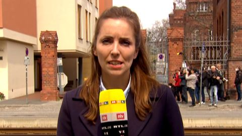 Potsdam: RTL-Reporterin Janine Bleker berichtet vor Ort