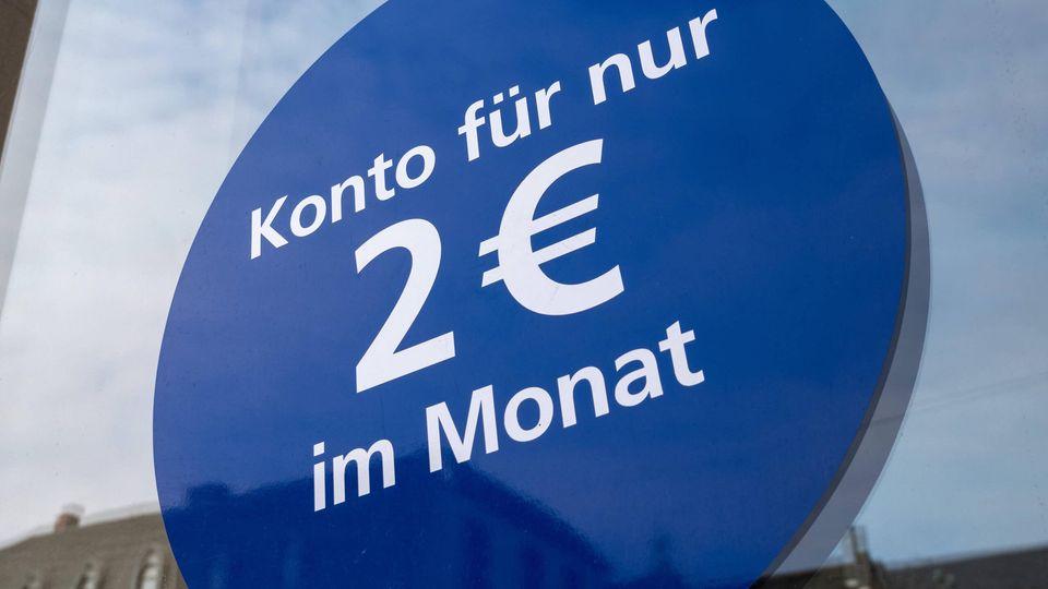 Aufkleber mit Werbung für ein günstiges Konto am Fenster einer Volksbank