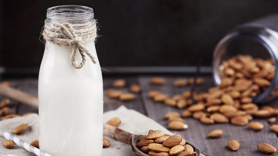 Mandelmilch selber machen: Anleitung und Rezept für zu Hause