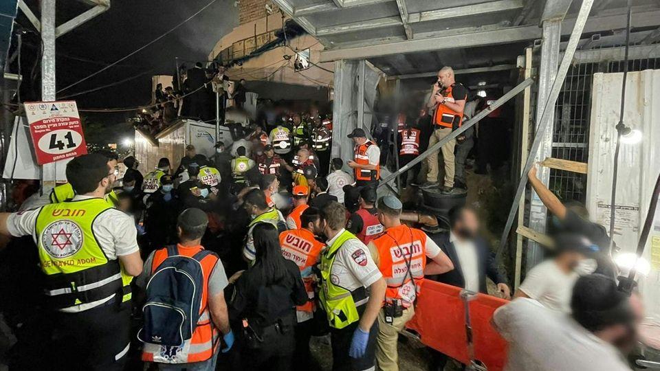 Bei einer Massenpanik auf einem jüdischen Fest im Norden Israels sind nach Angaben von Rettungskräften mindestens 44 Menschen ums Leben gekommen