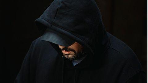 """Der ehemalige V-Mann """"Murat Cem"""" mit von einer schwarzen Kappe verdecktem Gesicht."""