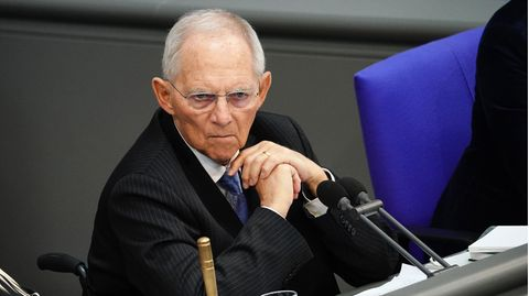 Wolfgang Schäuble (CDU), Bundestagspräsident, sitzt an seinem Sitzplatz im Bundestag