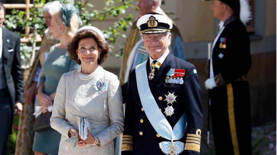 Schwedens König Carl XVI. Gustaf (r) mit seiner Frau Silvia