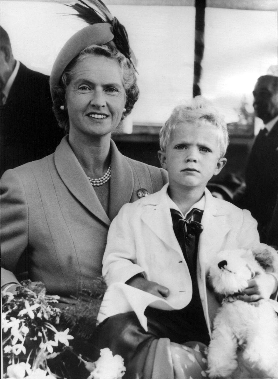 Sibylla Prinzessin von Sachsen-Coburg und Gotha mit ihrem Sohn Prinz Carl Gustaf