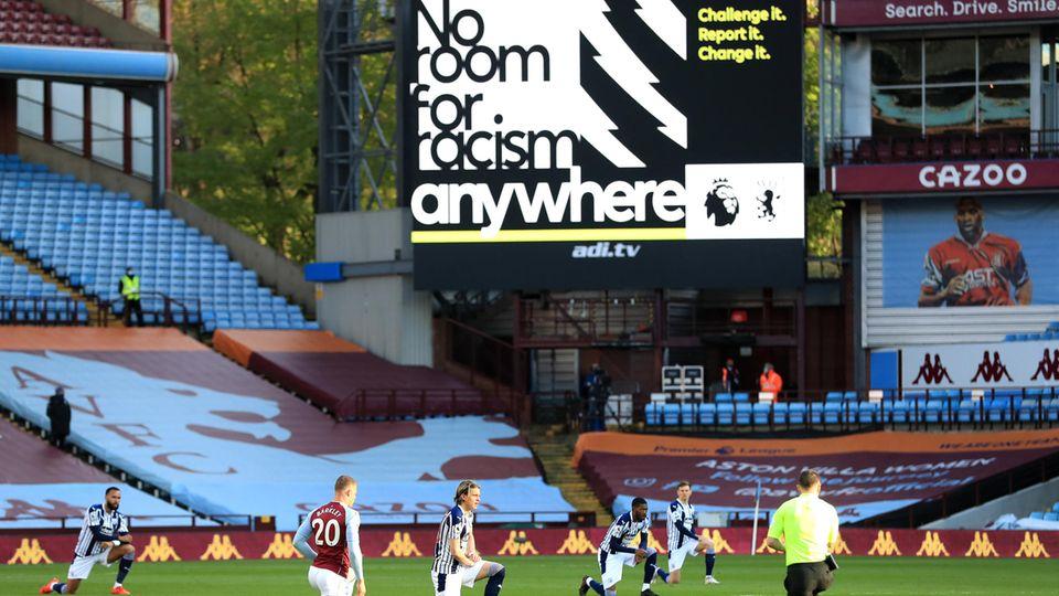 Spieler von Aston Villa und West Bromwich Albion knien vor ihrer Partie, um ein Zeichen gegen Rassismus zu setzen
