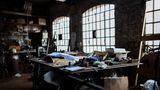 """Officina Lampadari  Auf der Insel Murano sind seit Jahrhunderten die Glasmanufakturen zu Hause. Einige Betriebe wie dieser mussten wegen der Billig-Konkurrenz aus China schließen. """"Mitten im Fertigungsprozess wurde alles stehen und liegen gelassen"""", sagt Stefan Hilden. """"Das Leben wirkt eingefroren wie in einem Dornröschenschloss."""""""