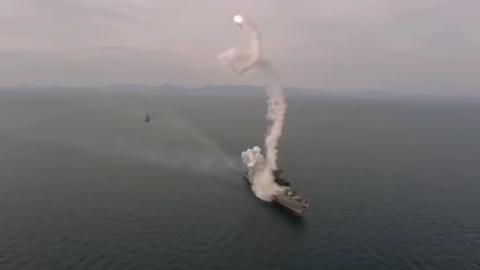 Die Rakete fliegt in Spiralen bevor sie ins Meer stürzt.
