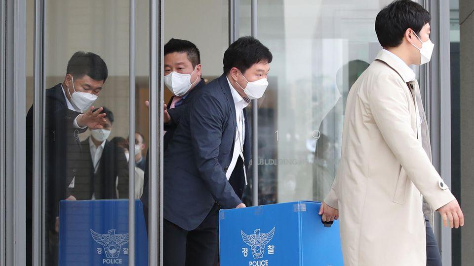 Polizeibeamte bei der Razzia im Hauptquartier von Namyang Dairy Products am 30. April in Südkoreas Hauptstadt Seoul
