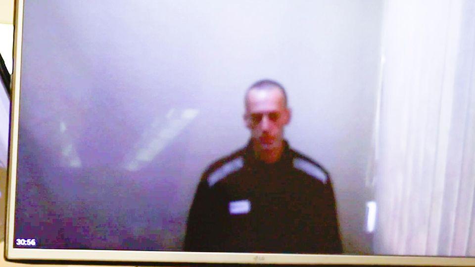Ein Videostandbild zeigt den russischen Oppositionsführer Alexej Nawalny auf einem TV-Bildschirm während einer Anhörung