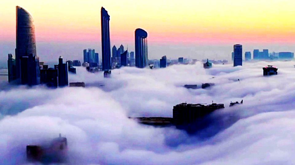 Video im Zeitraffer: Hohe Wolkenkratzer ragen über Nebenwolke heraus
