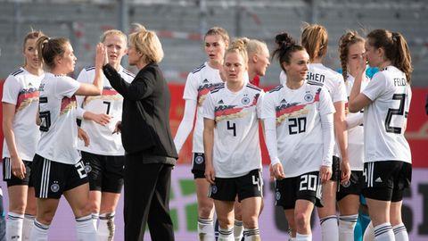 Bundestrainerin Martina Voss-Tecklenburg (m.)klatscht nach dem Testspiel gegen Norwegen ihreSpielerinnen ab