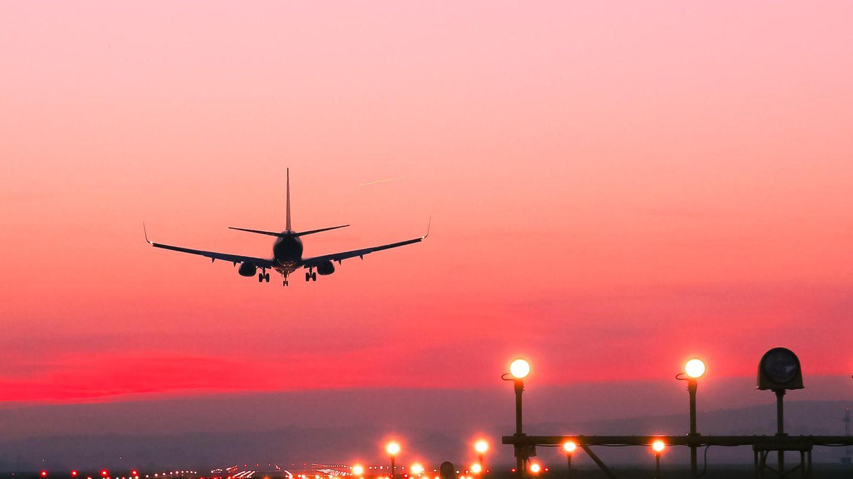 Ein Flugzeug schwebt über einem Flughafen