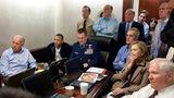 """1. Mai 2011: Als die Amerikaner Osama bin Laden zur Strecke brachten  Der 1. Mai 2011 war ein Sonntag. Ein paar Tage zuvor wurde der damalige Fotograf des Weißen Hauses, Pete Souza, gebeten, sich bereitzuhalten. Ein """"historisches Ereignis"""" stehe bevor, hieß es. Sein Kollege hatte nicht übertrieben – und Souza schoss ein nicht minder historisches Foto: US-Präsident Barack Obama sitzt zusammen mit seinem Vize Joe Biden, Außenministerin Hillary Clinton und anderen, engen Mitarbeitern im """"Situation Room"""" des Weißen Hauses und sieht dabei zu, wie eine US-Spezialeinheit in Pakistan al-Kaida-Chef Osama bin Laden aufspürt und tötet. 2020 hatte der Fotograf über den Tag berichtet: """"Die Stimmung war angespannt. Alles, was ich Ihnen sagen kann: Der Angriff begann etwa um 15.30 Uhr und die Aktion dauerte etwas mehr als 40 Minuten. Dieses Bild hat den Zeitstempel 16:05 Uhr."""""""
