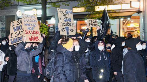 """Unter dem Motto """"Wir holen uns die Nacht zurück""""zogen feministischeGruppen am Abend durch Kreuzberg"""