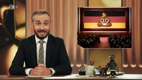 Jan Böhmermann sitzt im Studio des ZDF Magazin Royale in Köln
