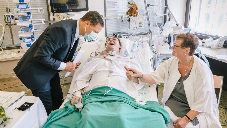 Im Basler Kantonsspital traut ein Geistlicher einen Covid-Patienten und seine Partnerin