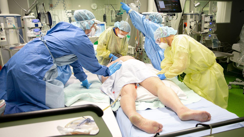 Ein Covid-Patient wir auf der Intensiv-Station in die Bauchlage umgelagert