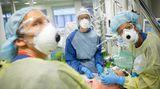 Ein Patient auf der Intensiv-Station wird intubiert