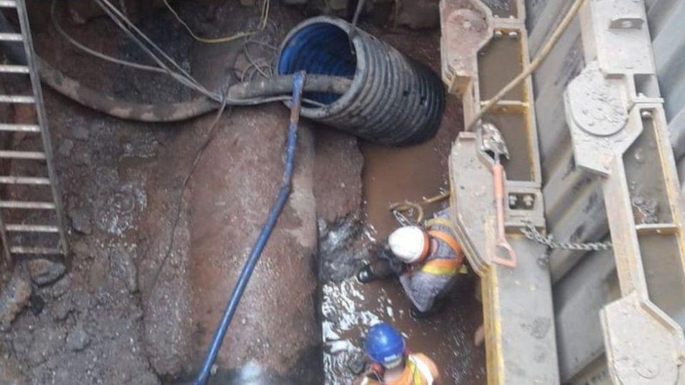 Laut den zuständigen Wasserwerken arbeite man rund um die Uhr daran, den Fettberg abzutragen