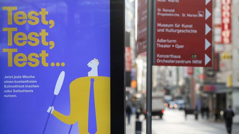 Werbung für Corona-Tests in der Innenstadt von Dortmund
