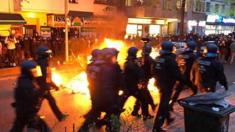 """News vom Wochenende: """"Revolutionäre 1. Mai-Demo"""" in Berlin nach heftigen Auseinandersetzungen mit Polizei abgebrochen"""
