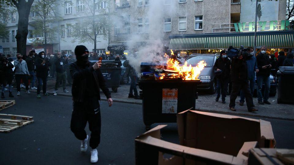 Demonstranten filmen das Geschehen auf einer Straße in Berlin mit ihrem Handy