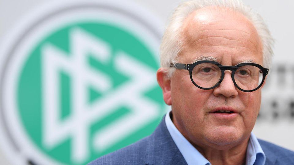 DFB-Chef Fritz Keller mit DFB-Logo im Hintergrund