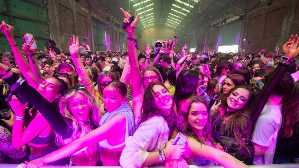 Rund 6000 Menschen tanzen bei einem Party-Pilotprojekt in einem Club in Liverpool