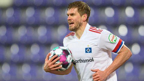 Simon Teroddes mit Ball im Arm im Trikot des HSV