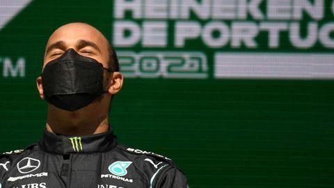 Formel-1-Weltmeister Lewis Hamilotn mit schwarzer Corona-Maske und geschlossenen Augen