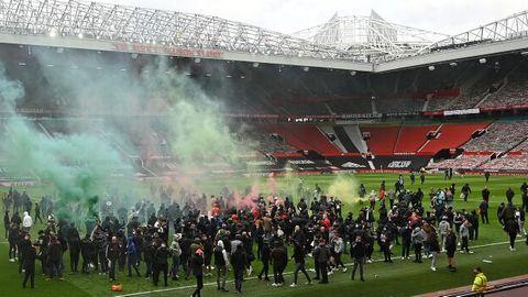 Manchester-Fans stürmenden Rasen im Old Trafford Stadion, um gegen die US-amerikanischen Clubinhaberzu protestieren