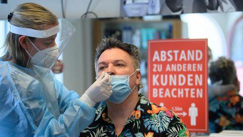 Sachsen, Dresden: Eine Mitarbeiterin im Friseurstudio macht einen Antigen-Schnelltest auf das Coronavirus