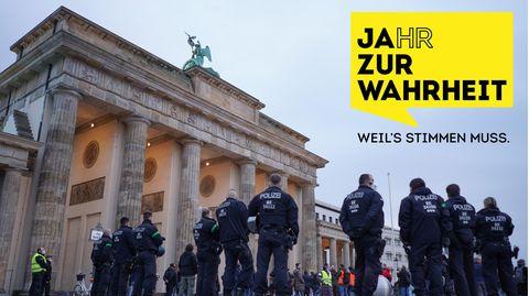 Polizisten sichern eine Demonstration für die Pressefreiheit vor dem Brandenburger Tor in Berlin