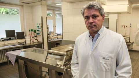 Rechtsmediziner Prof. Dr. Michael Tsokos im Obduktionssaal