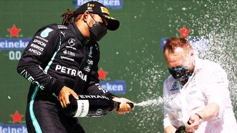 Auf dem Podium in Portimão macht Sieger Lewis Hamilton einen seiner Ingenieurenass