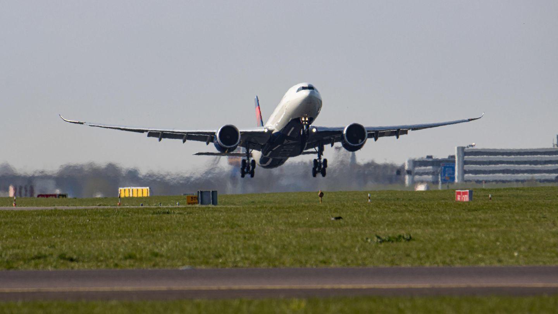 Eine Delta Air Lines Maschine hebt ab