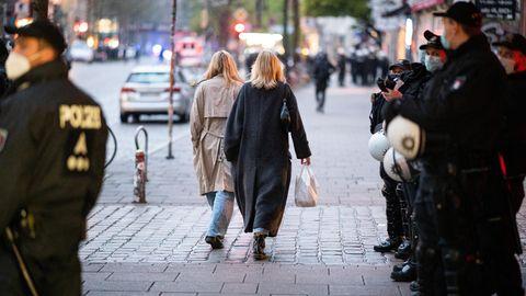 Zwei Frauen sind kurz nach Beginn der Ausgangssperre im Hamburger Schanzenviertel unterwegs