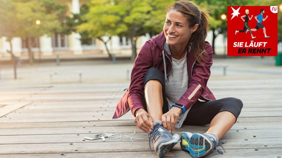 Eine Läuferin schnürrt sich die Schuhe