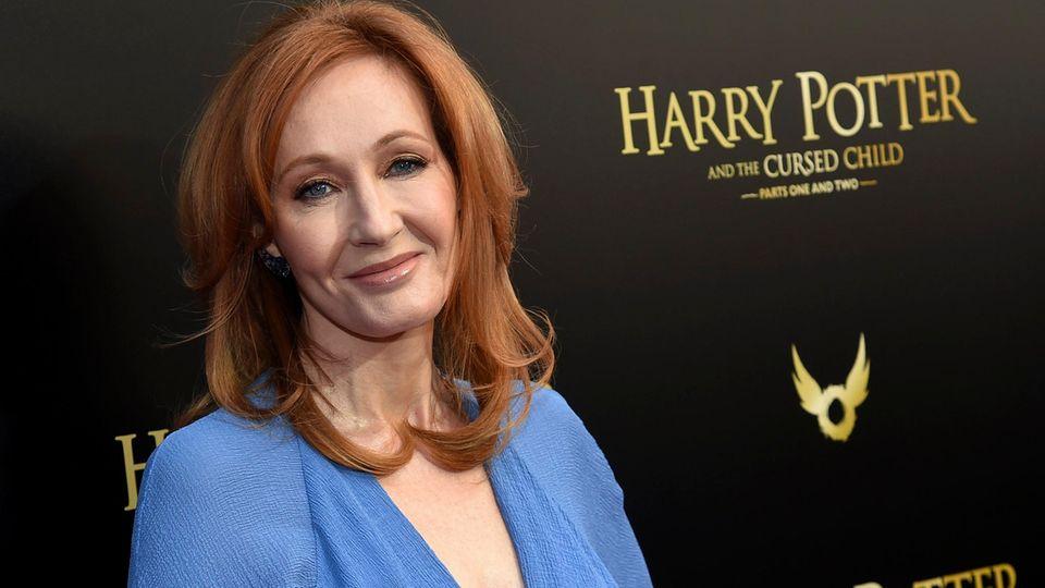 J.K. Rowling steht bei einer Premiere vor eine Fotow