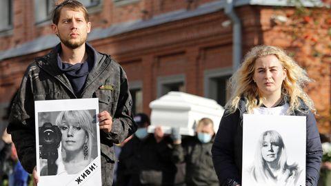 Stanislaw und Margarita Murachtajew auf der Beerdigung ihrer Mutter Irina.