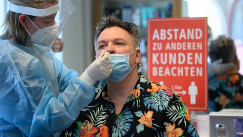Sachsen, Dresden: Eine Mitarbeiterin im Friseurstudio machteinen Antigen-Schnelltest auf das Coronavirus