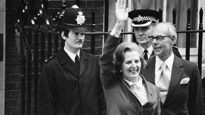 """4. Mai 1979: Margaret Thatcher wird die erste Premierministerin Europas  """"Where there is discord, may we bring harmony; Where there is error, may we bring truth; Where there is doubt, may we bring faith; And where there is despair, may we bring hope."""" Mit diesem paraphrasierten Zitat desGebets des heiligen Franziskus trat Margaret Thatcher am 4. Mai 1979 als erste Frau in Großbritannien und auch in Europa das Amt der Regierungschefin an. Hier sieht man sie am Tage des Amtsantritts vor der Downing Street Nr. 10. Knapp 11 Jahre regiert die konservative Politikerin und geht als """"Eiserne Lady"""" in die Geschichtsbücher ein. Besonders bekannt wurde Thatcher für ihr Vorgehen in der Falkland-Krise, die 1982 zum Falklandkrieg führte und Thatchers Popularität steigen ließ. Doch Thatchers Wirtschafts- und Innenpolitik sowie ihr autoritärer Regierungsstil waren nicht unumstritten. Am 8. April 2013 starb Thatcher an den Folgen eines Schlaganfalls."""