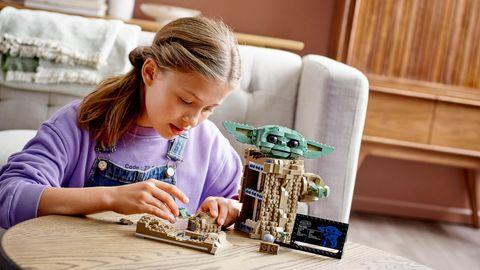 """Lego Star Wars: Mädchen baut das Set """"Mandalorian - the Child"""""""
