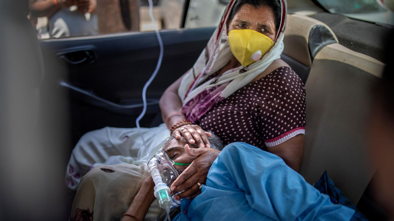Mann liegt mit mit Sauerstoffmaske in einem Auto
