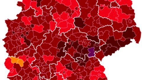 Links zeigt eine Deutschland-Karte die Corona-Lage in den Landkreisen, rechts hält eine Hand eine Spritze mit Corona-Impfstoff