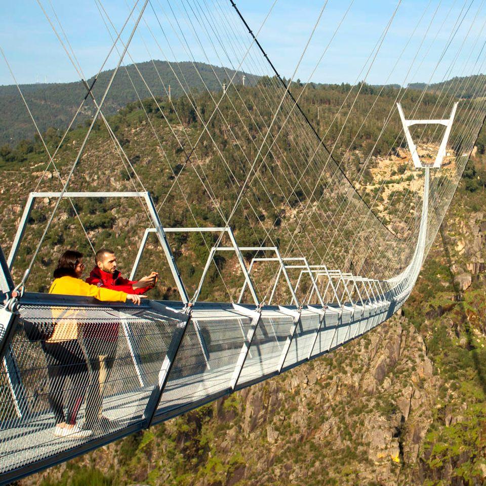 """Die""""516 Arouca"""" liegt imGeopark Arouca in der Serra da Freita, rund50 Kilometer südöstlich der StadtPorto."""